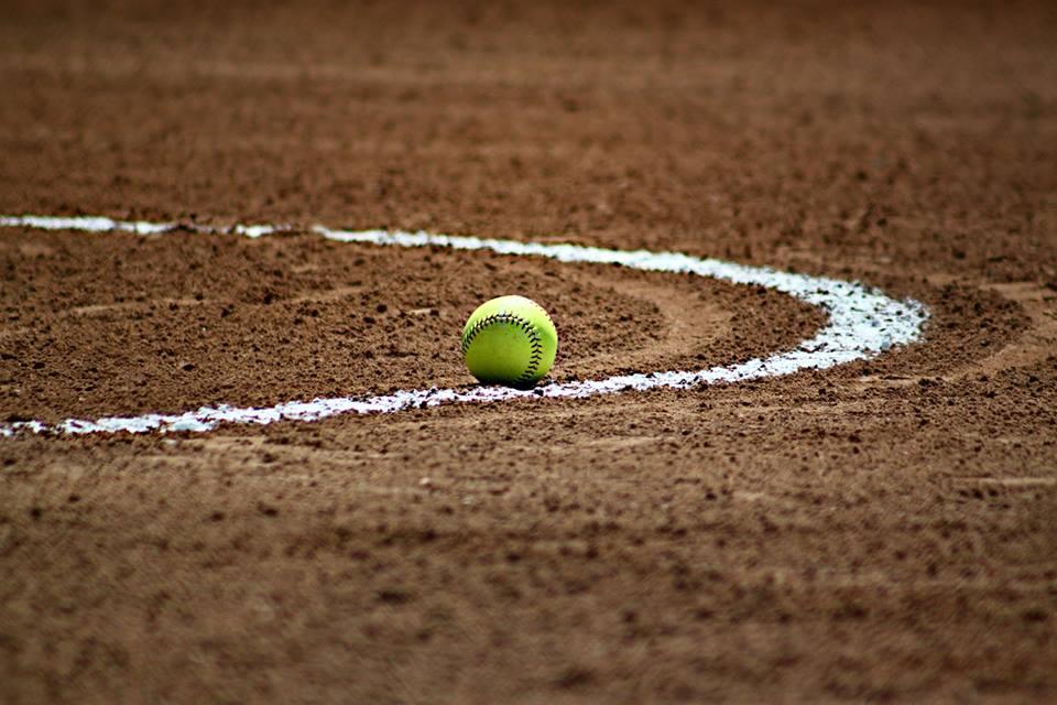 【2021年最新】ソフトボールの基本的な公式ルールを簡単に説明_ボールの写真
