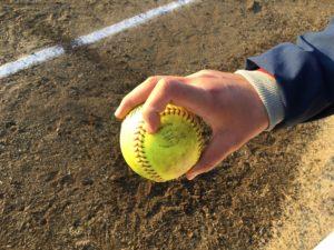 ソフトボールライズボール握り方(斜め)