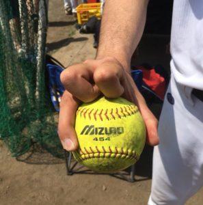 ソフトボールナックル握り方正面からの写真