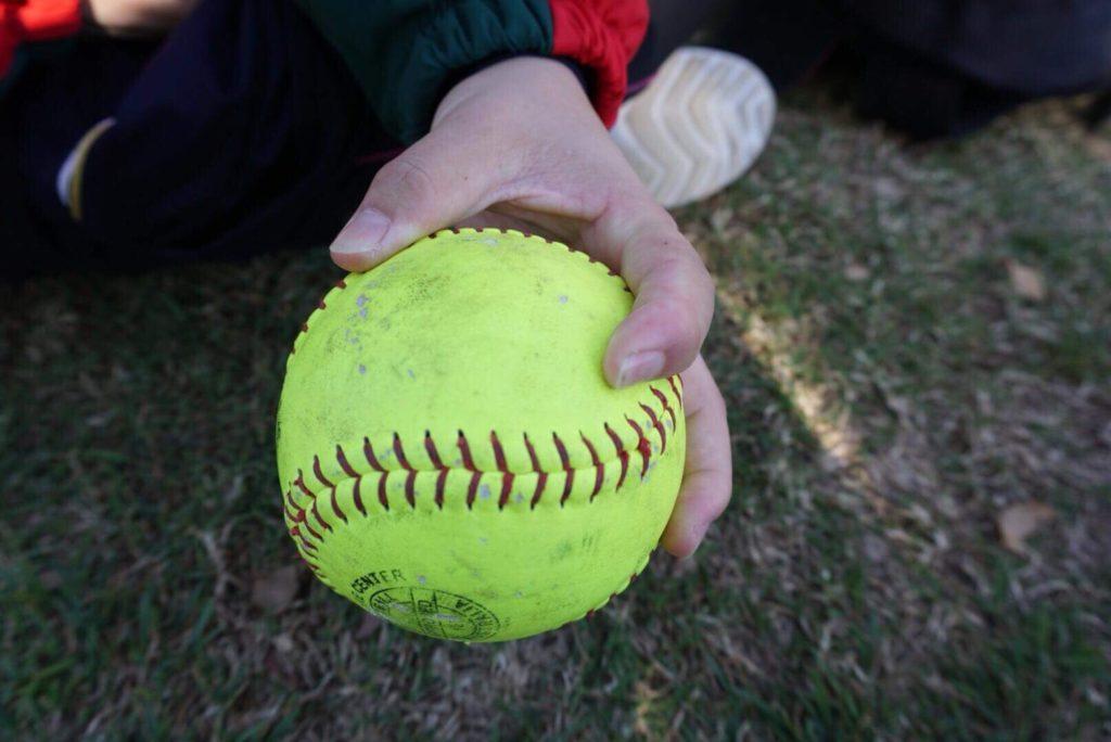 ソフトボールライズボールの握り方
